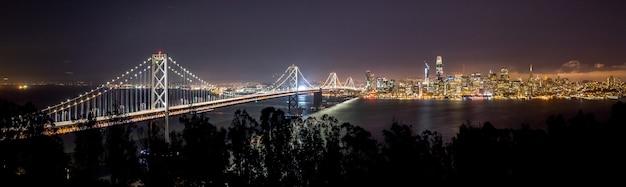Grande plano tiro distante da vista da cidade de são francisco durante a noite Foto gratuita