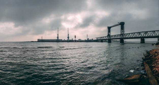 Grande ponte levadiça em zatoka, ucrânia Foto Premium