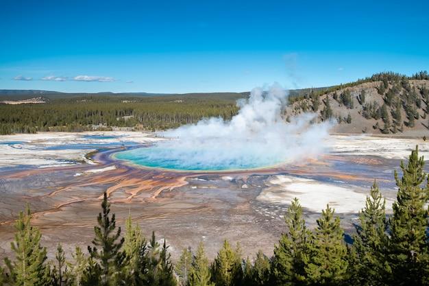 Grande primavera prismática no parque nacional de yellowstone, eua Foto Premium