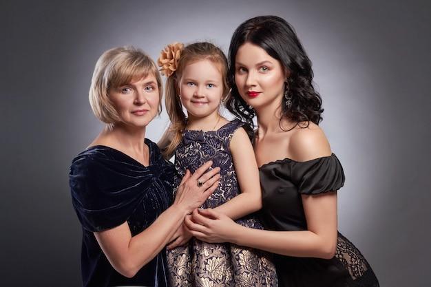 Grande retrato de família das mulheres, família feliz Foto Premium