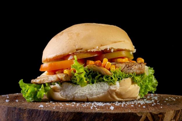 Grande sanduíche caseiro com frango Foto Premium