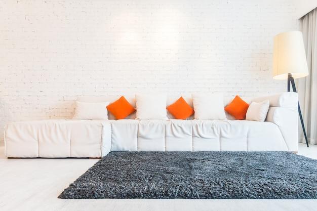 Grande sofá e um tapete Foto gratuita
