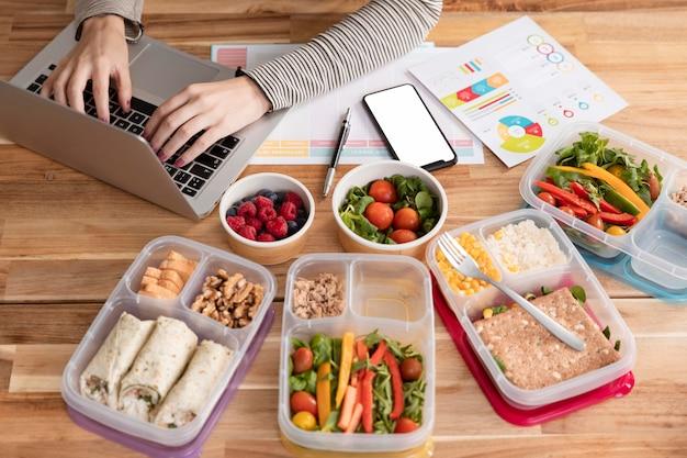 Grande variedade de alimentos e trabalhos de casa Foto gratuita