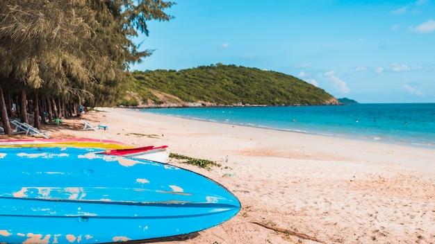 254b58bbe5 Grandes barcos coloridos na costa do mar de areia