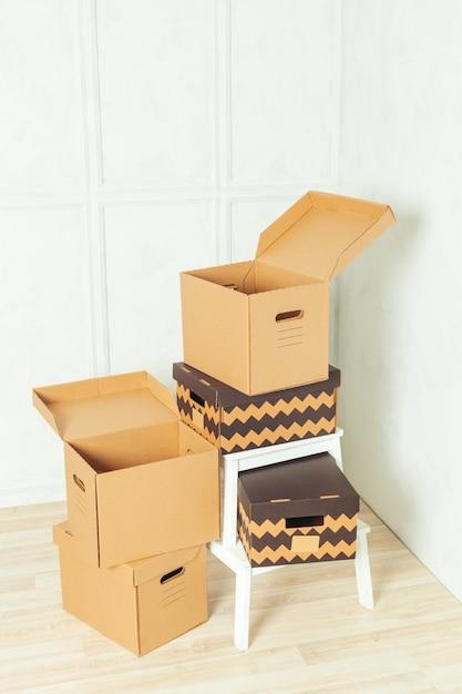 Grandes caixas de papelão em pé dentro de um quarto Foto Premium