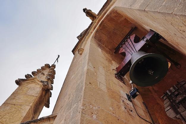 Grandes campanhas de uma torre sineira medieval Foto Premium