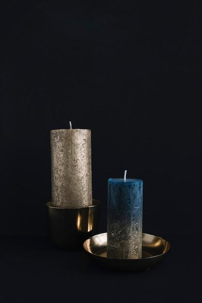 Grandes velas em castiçais Foto gratuita