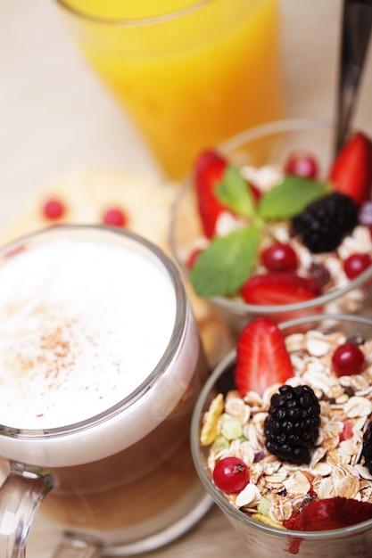 Granola, café, biscoitos e suco de laranja Foto Premium
