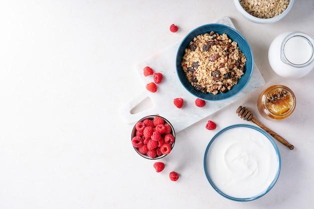 Granola café da manhã na tigela de cerâmica Foto Premium