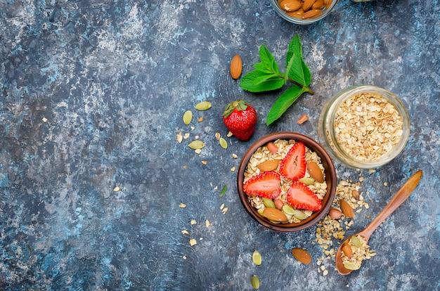 Granola caseira com morangos frescos Foto Premium