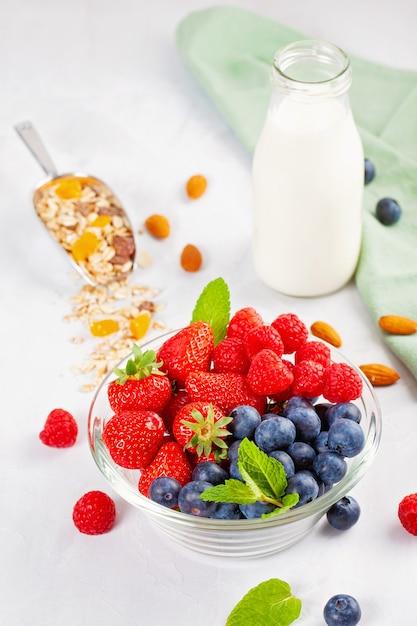 Granola caseira com nozes, frutas secas e frutas frescas. Foto Premium