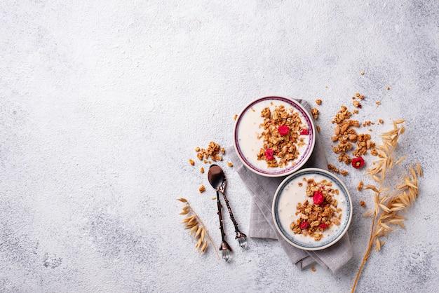 Granola com iogurte e framboesas secas Foto Premium