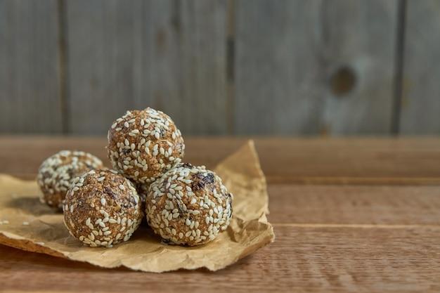 Granola de energia orgânica saudável morde com nozes, cacau, gergelim e mel. lanche cru vegan e vegetariano Foto Premium