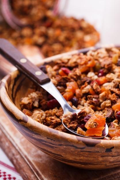 Granola de vários tipos de cereais com nozes, mel Foto Premium