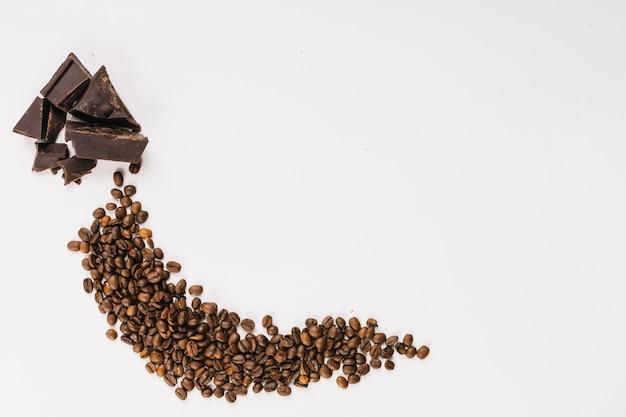 Grãos de café aromáticos e chocolate Foto gratuita