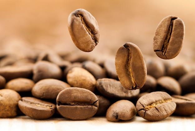 Grãos de café caindo. Foto Premium