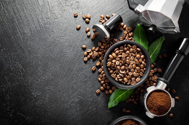 Grãos de café com adereços para fazer café Foto Premium