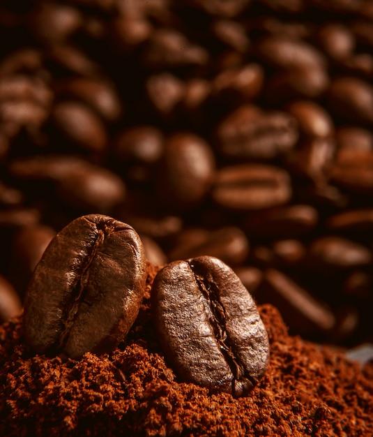Grãos de café, deitado sobre um monte de café Foto Premium