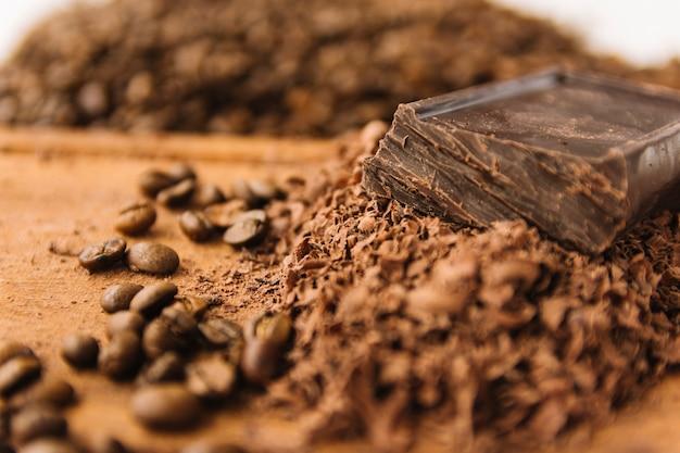 Grãos de café e pepitas de chocolate na tábua de cortar Foto gratuita
