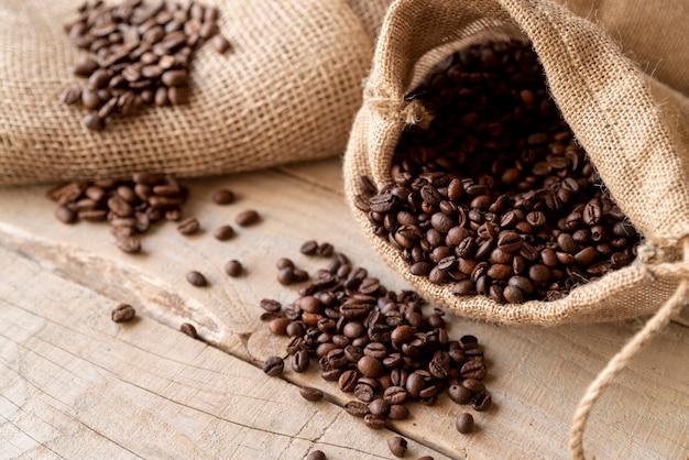 Grãos de café em saco de serapilheira alta vista Foto gratuita