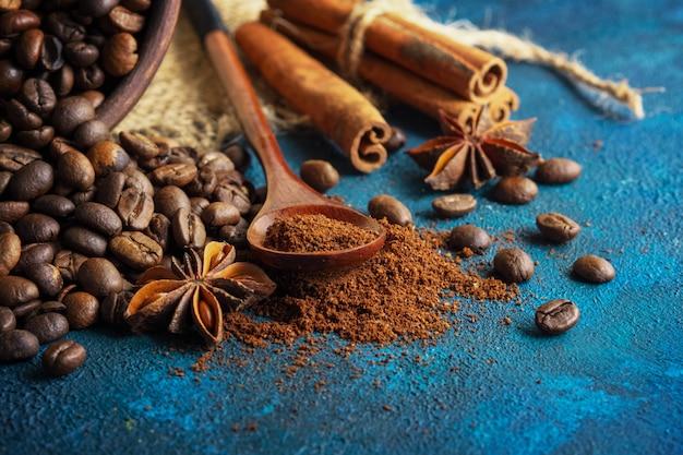 Grãos de café espalhados sobre um fundo azul textural Foto Premium