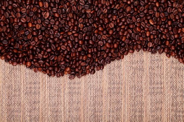 Grãos de café frescos prontos para preparar café delicioso Foto Premium