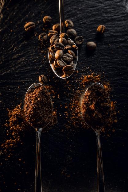 Grãos de café granulados em uma colher Foto gratuita