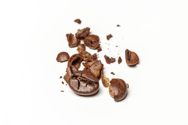 Grãos de café. isolado em um fundo branco Foto Premium
