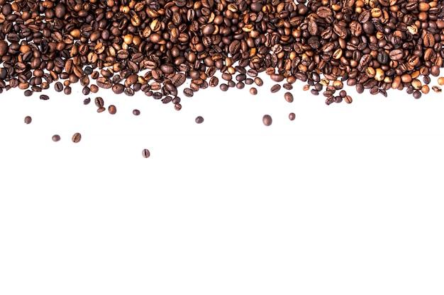 Grãos de café isolados no branco com copyspace para texto. fundo ou textura de café Foto Premium