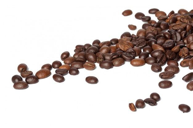 Grãos de café isolados no branco Foto Premium