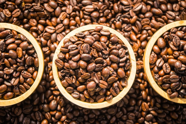 Grãos de café marrons em tigela de madeira Foto gratuita
