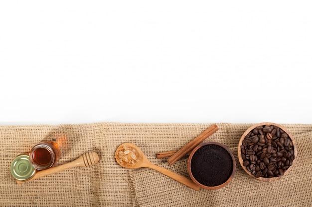 Grãos de café mel na burlab isolado no fundo branco Foto Premium