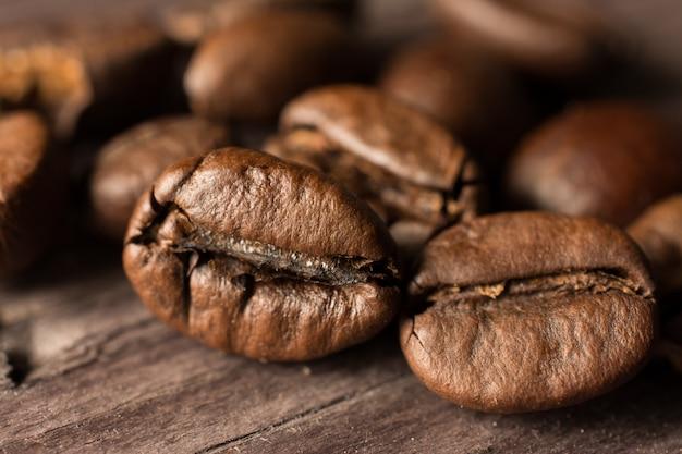 Grãos de café na placa de madeira Foto Premium