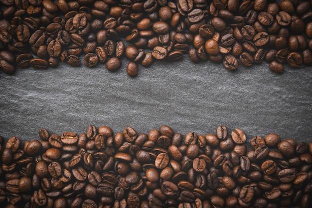 Grãos de café na vista superior de fundo escuro Foto Premium