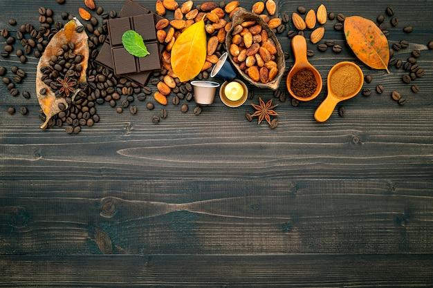 Grãos de café no escuro de madeira. Foto Premium