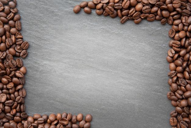 Grãos de café no fundo escuro, com lugar para espaço de cópia de texto Foto Premium