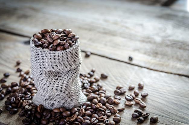 Grãos de café no saco de pano de saco Foto Premium