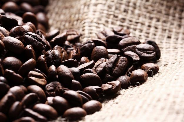 Grãos de café no saco de pano Foto gratuita