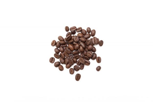 Grãos de café sobre fundo branco Foto Premium