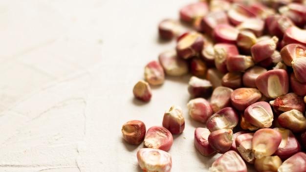 Grãos de milho vermelho close-up na mesa Foto gratuita