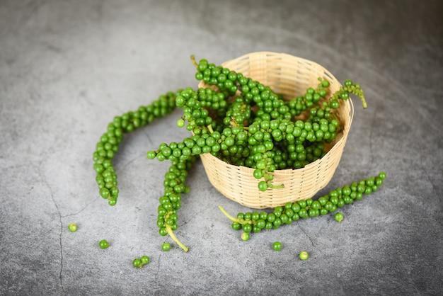 Grãos de pimenta na cesta, sementes de pimenta verde fresca para ingredientes cozinha comida tailandesa ervas e especiarias Foto Premium