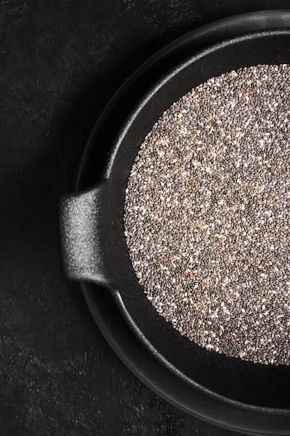Grãos de sementes de chia na tigela Foto Premium