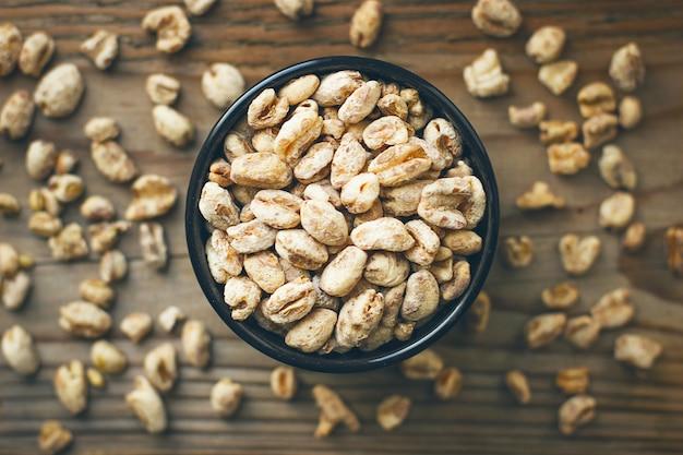 Grãos de trigo na tigela e pipoca de trigo na tigela, semente de trigo rústica Foto gratuita