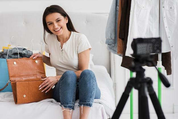Gravação de mulher bonita para um comercial Foto Premium
