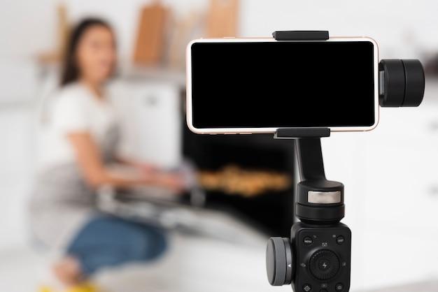 Gravação de telefone moderno em um tripé Foto Premium