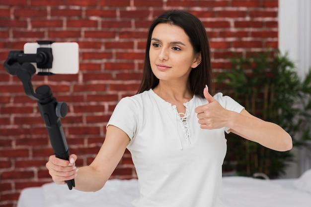 Gravação feminina jovem ao vivo em casa Foto gratuita
