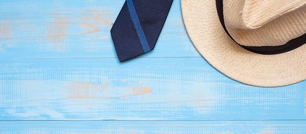 Gravata azul com chapéu em fundo de madeira com espaço de cópia de texto Foto Premium