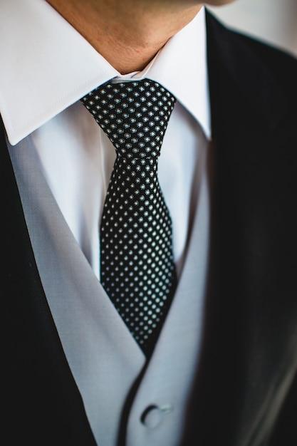Gravata dos homens para se vestir elegante. Foto Premium