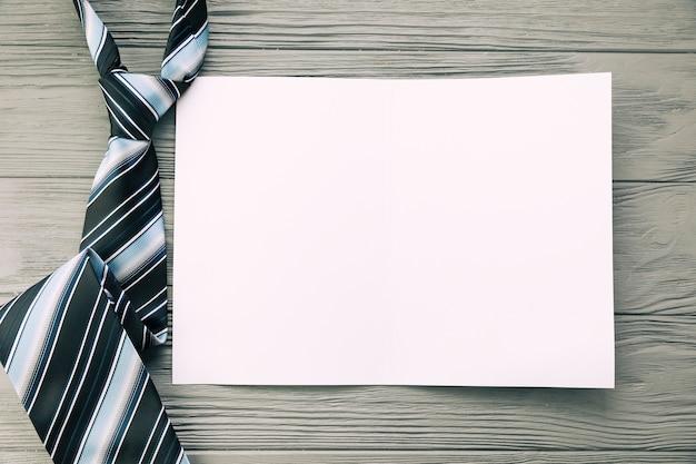 Gravata listrada e papel na mesa Foto gratuita