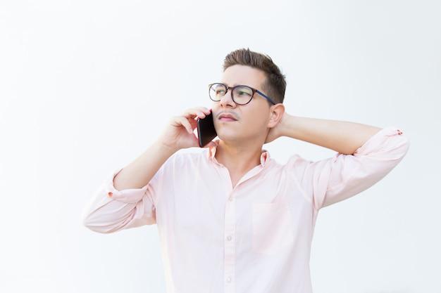Grave cara pensativo em óculos tocando a cabeça Foto gratuita